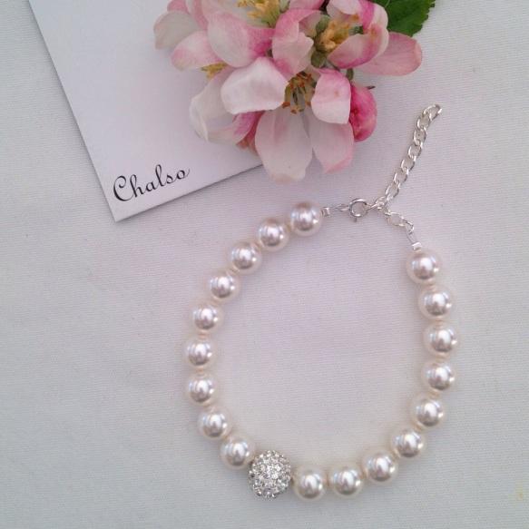 White glitter ball bracelet with white Swarovski pearls.
