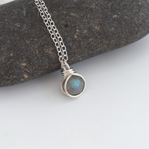 Flashy Labradorite pendant with Sterling silver.